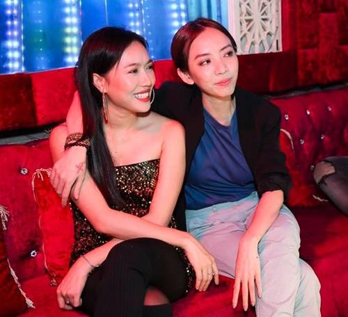 Diệu Nhi và đàn chị Thu Trang thân thiết.