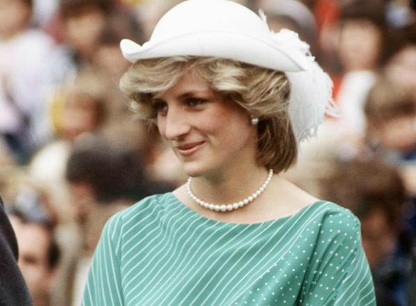 William Heseltine tiết lộ thêm: Công nương Diana là người duy nhất từng phản đối quy tắc này. Đối với Diana, những bữa tối hoàng gia rất mệt mỏi. Có một lần, Diana đã đứng dậy bỏ về trong một cuộc trò chuyện kéo dài hàng giờ đồng hồ tại phòng khách cung điện.