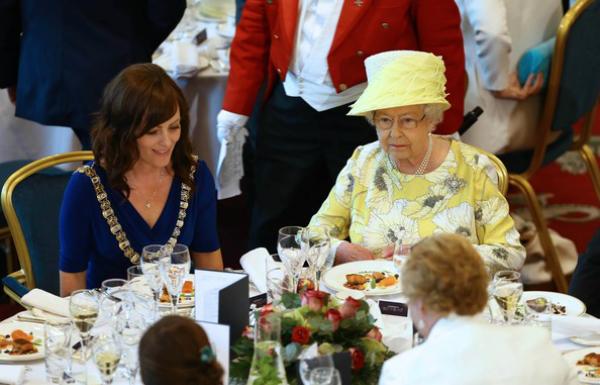 Đó cũng không phải là quy tắc khắt khe duy nhất mà Meghan cần phải thực hiện. Theo StyleCaster, phụ nữ hoàng gia không được dùng bữa cho đến khi Nữ hoàng bắt đầu và ngược lại.
