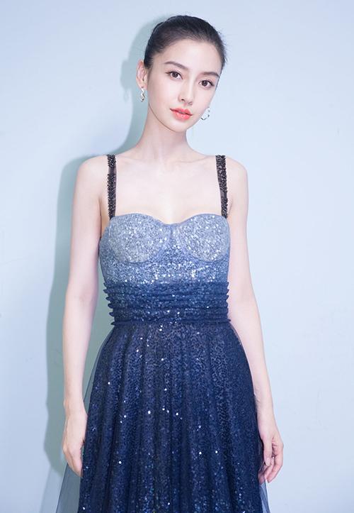 Dù chưa thực sự phù hợp với vóc dáng nhưng mỹ nhân Hoa ngữ lại rất chăm diện kiểu váy Dior này.