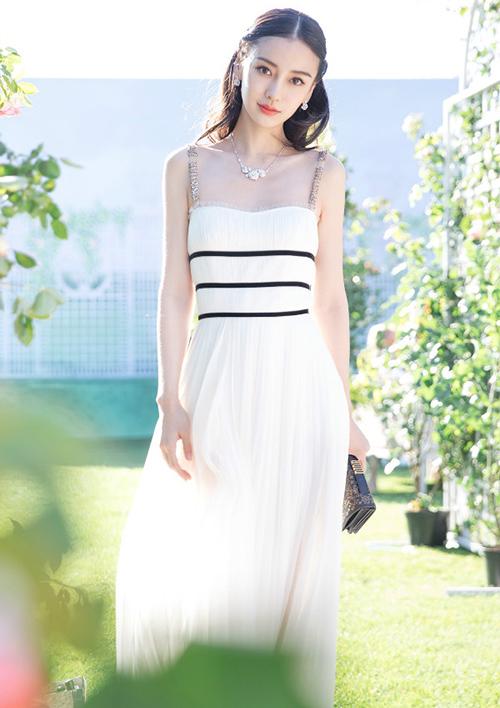 Với vóc dáng mong manh, Angelababy nên chọn những kiểu trang phục che chắn được phần cổ, ngực và vai gầy hơn là phô bày lộ nhược điểm.
