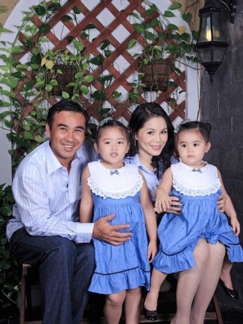 Quyền Linh có hai cô con gái đáng yêu có nick name làLọ Lem và Hạt Dẻ. Từ bé, cặp nhóc tỳ đã được chú ý khi xuất hiện nhiều cùng bố mẹ tại các sự kiện. Đến nay, cả hai bé đều đã bắt đầu ở độ tuổi lớn khôn, đặc biệtlà cô chị cả Lọ Lem (tên thật là Thảo Linh, sinh năm 2005).
