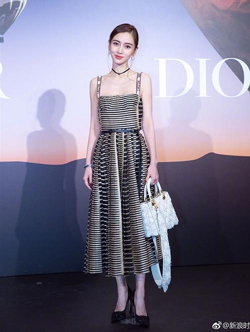 Từng là gương mặt đại diện của Dior tại thị trường Trung Quốc nên Angelababy gắn liền phong cách với những trang phục của hãng. Một trong những mẫu váy được cô diện tích cực nhất là thiết kế hai dây cúp ngực, quai ôm khít vào vai. Đây là kiểu dáng được xếp vào hàng kinh điển của Dior, lấy cảm hứng từ kiểu váycorset của các phụ nữ quý tộc ngày xưa để tôn lên vẻ gợi cảm của người mặc.
