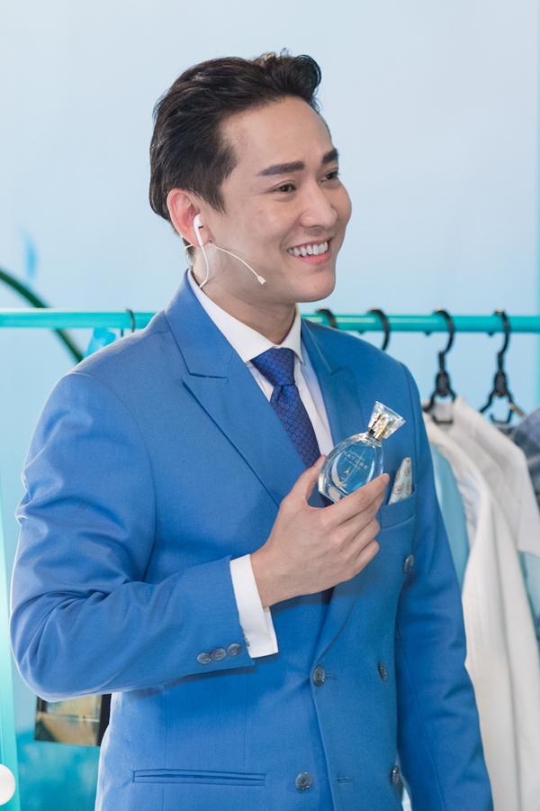 Chàng Mark Hứa còn gây bất ngờ cho ba vị khách mời cùng khán giả theo dõi với màn stylist ấn tượng, lấy cảm hứng từ câu chuyện về xu hướng thiên nhiên tươi mát và sắc xanh turquoise thời thượng của Comfort Lillie.