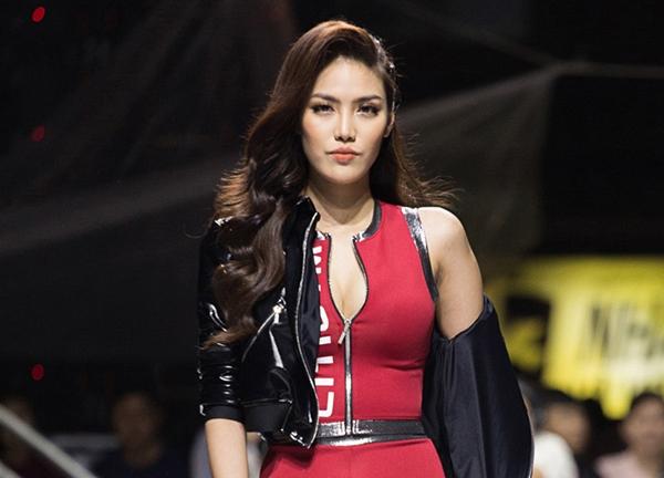 Trang phục giúp top 11 Hoa hậu Thế giới phô trọn đường cong 3 vòng cùng đôi chân dài miên man. Những sải chân của Lan Khuê, ánh mắt đến cử chỉ vuốt tóc thu hút khán giả.