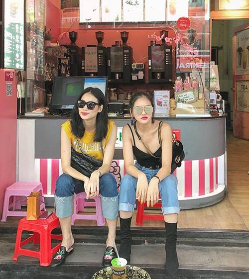 Cặp đôi sành điệu Thanh Trúc - Thùy Anh rủ nhau diện đồ như dự fashion showđi uống trà chanh lề đường.