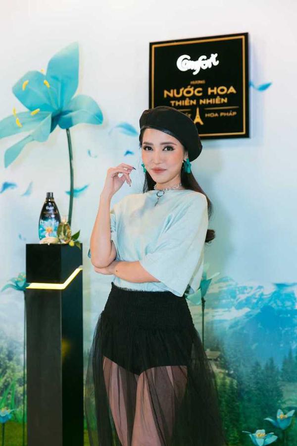 Bích Phương gây bất ngờ với hình ảnh cá tính tươi mới. Sau cánh gà, nữ ca sĩ đã tranh thủ đặt hàng soái ca Hứa Vĩ Văn làm stylist riêng.