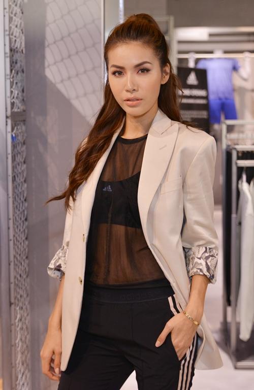 Mặc dù sở hữu chiều cao khá khiêm tôn nhưng Chi Pu tỏ ra không lép vế khi đứng cạnh siêu mẫu đình đám.