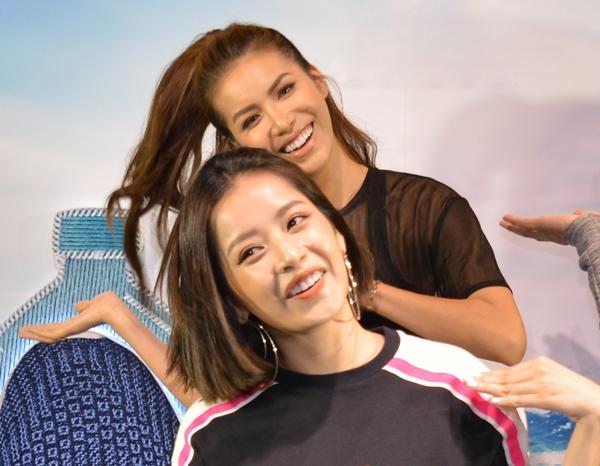 Cô giáo Chi Pu nhiệt tình hướng dẫn các bạn cùng hòa chung không khí với sự cổ vũ của hàng trăm bạn trẻ xung quanh.