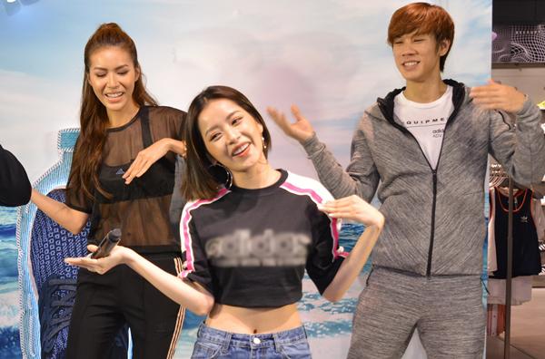 Trong phần giao lưu, Chi Pu còn nổi hứng hướng dẫn Minh Tú cùng Thúc Lĩnh Lincol và các bạn trẻ nhảy vũ điệu đóa hoa hồng gây sốt thời gian qua. Điệu nhảy này nằm trong MV ca khúc cùng tên của Chi Pu phát hàng từ tháng 4/2018 và tạo được hiệu ứng tích cực.