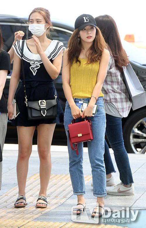 Joy che mặt mộc với khẩu trang, cô nàng chọn style như đi biển với váy ngắn, dép bệt. Seul Gi ưa thích những tông màu nổi, phong cách khỏe khoắn ở sân bay.