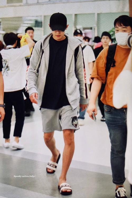 Chan Yeol mặc cả áo khoác bất chấp thời tiết. Đôi dép bệt Gucci tạo cảm giác dễ di chuyển là item được ưa thích trong mùa hè 2018.