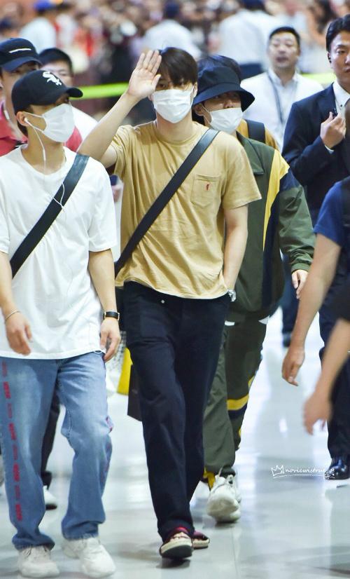 Các mỹ nam của EXO vẫn trung thành với mốt khấu trang kín mít, mũ che nửa gương mặt ở sân bay. Nhóm ưa thích những item rộng, thoải mái, dễ di chuyển.
