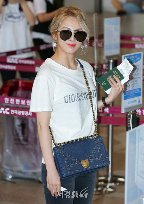 Chiếc túi hàng hiệu là item tạo điểm nhấn trong set đồ của Hyo Yeon.