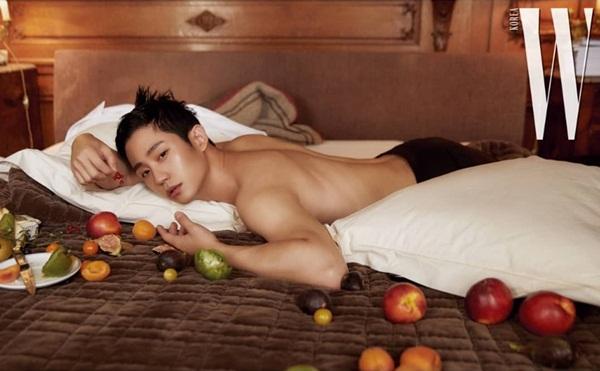 Jung Hae In cởi áo chụp hình tạp chí, khoe vẻ gợi cảm dù thân hình khá thư sinh.