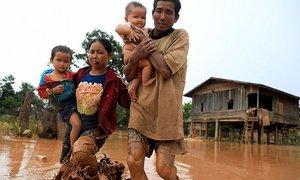 Người Lào lội bùn, dắt díu nhau về nhà sau sự cố đập thủy điện