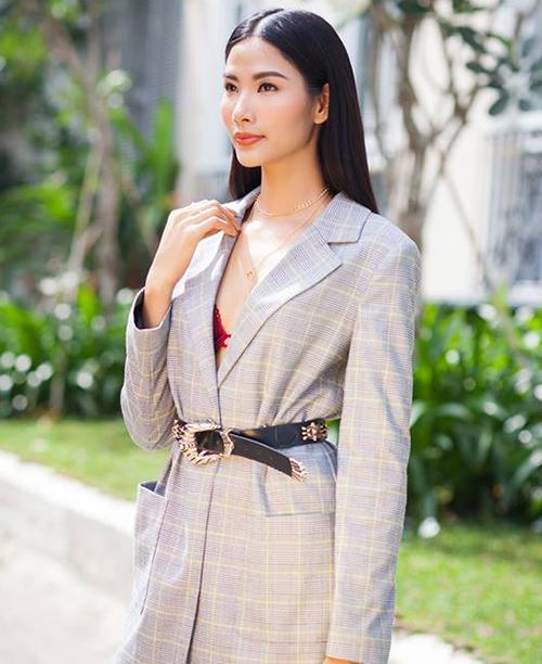 Việc thiếu vắng nụ cười tươi khiến Hoàng Thùy dần trở lại hình tượng một cô người mẫu góc cạnh ngày nào.