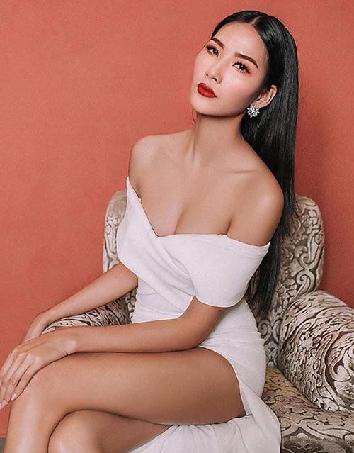 ... hay các bộ ảnh thời trang Hoàng Thùy cũng tiết kiệm tối đa nụ cười, giữ thần thái sắc lạnh.