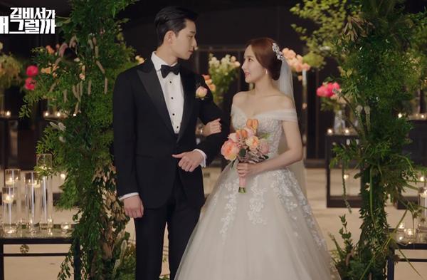 Làn da trắng ngần, vòng một đầy đặn của nữ diễn viên Park Min Young được tôn lên với chiếc váy cưới trễ vai lấp ló vòng một. Thân váy là nhiều lớp vải xòe bồng tạo cảm giác eo thêm thon gọn. Dáng váy trễ vai này được nhiều cô gái yêu thích vì trông vừa mong manh lại vừa gợi cảm.