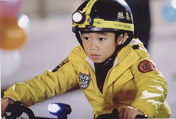 Park Ji Bin sinh năm 1995, từng là một trong những sao nhí nổi tiếng của Hàn. Anh bắt đầu đóng phim từ năm 10 tuổi với Hello Brother. Vẻ ngoài đáng yêu có chút ngốc nghếch của Park Ji Bin khiến cậu bé chinh phục được khán giả Hàn.
