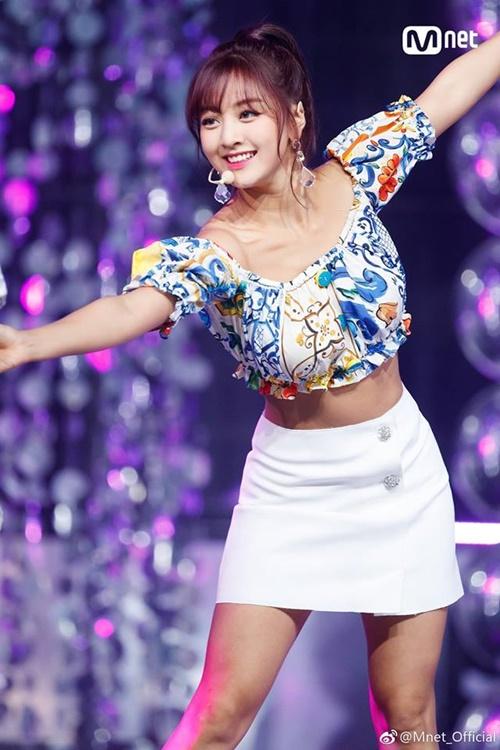 Ji Hyo được khen mang đến một làn gió mới mẻ bởi nhan sắc có phần khác biệt so với các mỹ nhân trắng trẻo, mảnh mai thường thấy ở Kpop.