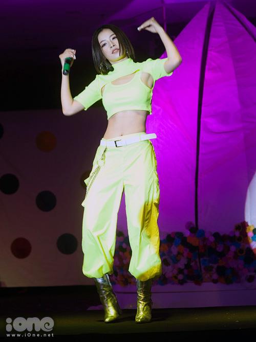 Tối 27/7, Chi Pu là khách mời đặc biệt trong chương trình La Mode: Tỉnh giấc mơ đời diễn ra tại Hà Nội. Xuất hiện trên sân khấu, nữ ca sĩ làm nóng không khí khi diện bộ đồ cắt khoét táo bạo và gợi cảm, trổ tài vừa hát live, vừa thực hiện các động tác vũ đạo mạnh mẽ.