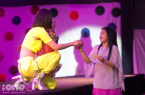 Trên sân khấu, Chi Pu nhiệt tình ký tặng các fan, giao lưu cùng MC và người hâm mộ.