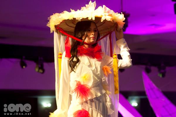 La Mode: Tỉnh giấc mơ đời là showcase thời trang - âm nhạc được tổ chức lần thứ bảy của La Mode - CLB Nghệ thuật được thành lập và duy trì bởi các học sinh THPT Chuyên Hà Nội - Amsterdam.