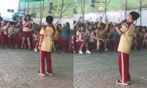 Cậu bé lớp 7 hát hit Hương Tràm khiến cả sân trường rần rần