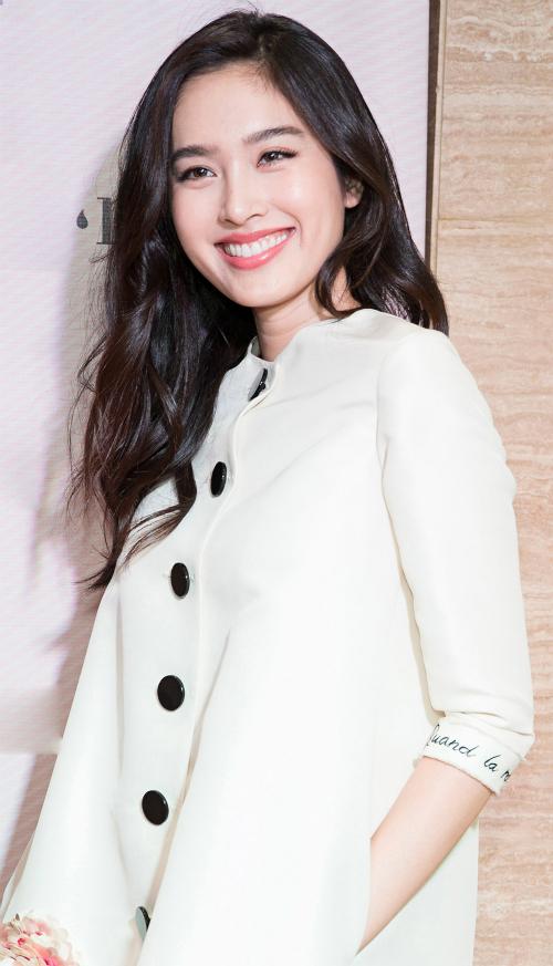 Nong Poy tên thật là Treechada Marnyaporn, sinh năm 1985 với giới tính nam. Từ nhỏ, Treechada đã khao khát trở thành phụ nữ. Cô phẫu thuật chuyển giới năm 17 tuổi, lấy tên mới là Nong Poy. Năm 2004, cô đăng quang Miss Tiffany Universal và Miss International Queen. Sau hai cuộc thi, cô trở thành ngôi sao nổi tiếng của làng giải trí Thái Lan. Cô từng đóng cặp cùng Trương Gia Huy trong phim Tảo độc (The White Storm) - phim điện ảnh có sự tham gia của Cổ Thiên Lạc, Lưu Thanh Vân (năm 2013).