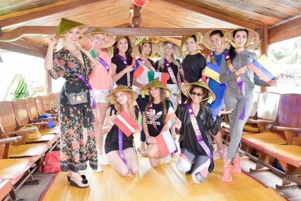 Hôm nay 28/7, các thí sinh sẽ tham gia một buổi chụp hình, sau đó tập luyện và trình diễn trong đêm áo dài tại phố cổ Hội An. Cuộc thi quy tụ 50 người đẹp đến từ 50 Quốc gia và vùng lãnh thổ trên toàn thế giới. Vòng chung kết cuộc thi diễn ra từ ngày 27/7/2018 đến hết ngày 8/8/2018 tại Việt Nam và Thái Lan.
