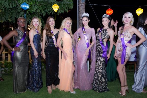 Đêm khai mạc bắt đầu bằng chương trình văn nghệ đặc sắc đến từ cả Việt Nam và Thái Lan. Các thí sinh đến từ khắp nơi trên thế giới xuất hiện trong trang phục dạ hội kiêu sa, lộng lẫy thu hút sự chú ý của quan khách.