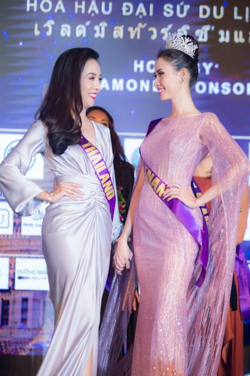 Đại diện Việt Nam Phan Thị Mơ là người nhận được bình chọn nhiều nhất nhờ màn dẫn dắt đấu giá duyên dáng và trở thành Nữ hoàng đêm tiệc.
