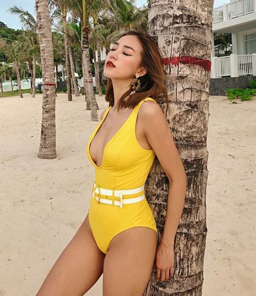 Sa Lim khoe được vẻ đẹp căng tràn đầy sức sống bằng những bộ đồ tắm mang đậm cảm hứng retro trong ngày hè.