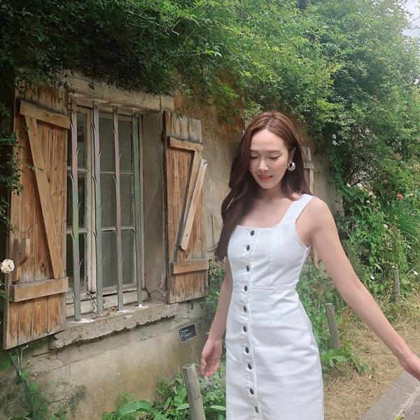 Jessica khoe dáng trong chiếc váy trắng có khuy cài dọc thân váy, kiểu dáng được nhiều cô gái yêu thích mùa hè năm nay.