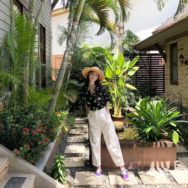 Kang Min Kyung lên đồ thoải mái đi chơi, không quên đội mũ cói che nắng.
