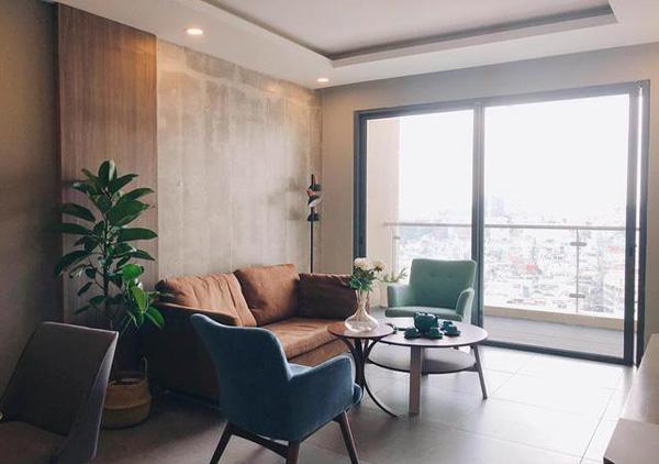 Căn hộ này có view nhìn ra thành phố, gồm hai phòng ngủ, một phòng bếp và một phòng khách với lối thiết kế đơn giản nhưng trang nhã, hiện đại. Căn nhà được bao phủ bởi tông nâu trầm và xanh tạo cảm giác gần gũi với thiên nhiên.
