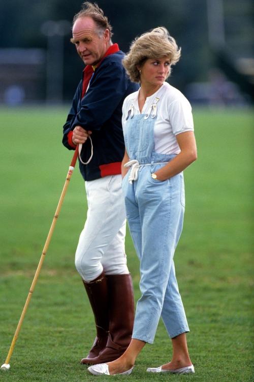 Gout thẩm mỹ thời thượng của Diana đã giúp bà luôn có diện mạo thanh lịch, ngay cả khi đang diện quần yếm thể thao, biker short hay những item đơn giản khác.