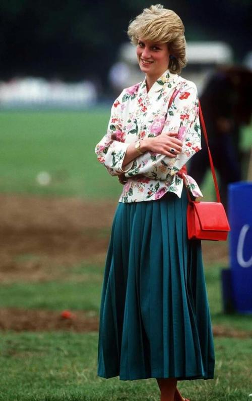 Thời trang của Diana luôn khiến công chúng phát cuồng bởi cách phối màu ăn ý. Bà mix chiếc áo họa tiết hoa rực rỡ với thắt lưng và túi xách đỏ cùng chân váy màu xanh cổ vịt duyên dáng.