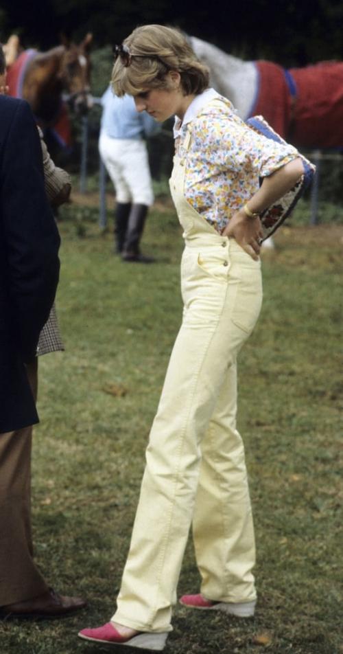 Vài tuần trước đám cưới với Thái tử Charles vào tháng 7 năm 1981, Diana xuất hiện tại một trận đấu polo ở Công viên Windsor Great trong diện mạo trẻ trung đúng chất sành điệu và thượng lưu: quần yếm màu vàng pastel, áo sơ mi họa tiết hoa nhí phối cùng xuồng đế mềm thoải mái.