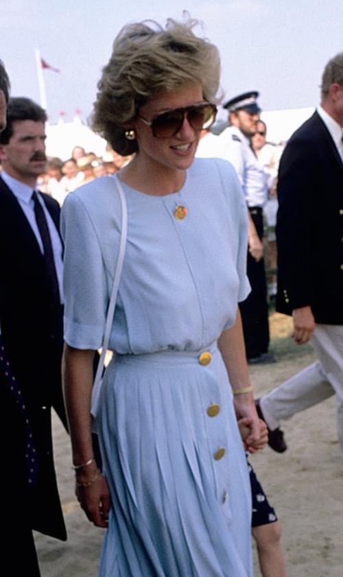 Khoảnh khắc hoàn hảo mang đậm màu sắc của thời trang giữa thập niên 80. Tham dự một trận đấu polo năm 1985, Diana diện bộ đầm màu xanh dương với hàng cúc làm điểm nhấn, không quên đeo đôi kính to bản đúng mốt thời bấy giờ.
