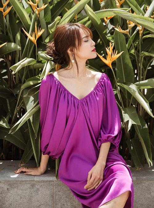 Lan Ngọc diện váy tím nhưng không hề sến, ngược lại còn rất sang chảnh.