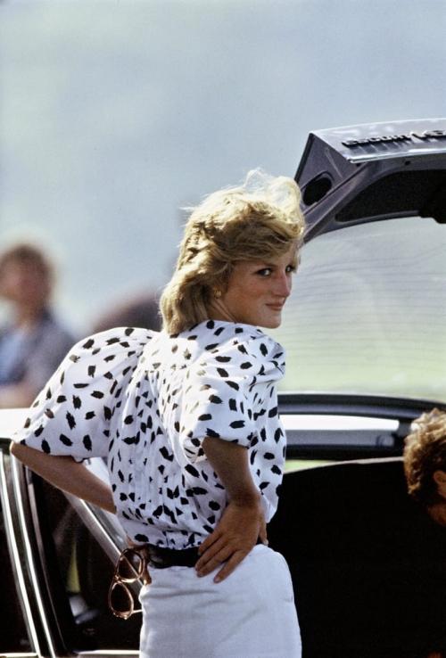 Công nương ghi điểm tuyệt đối với bộ cánh theo style đen-trắng cổ điển. Áo tay bồng, item Diana từng ưa chuộng, đang quay trở lại làng mốt và được yêu thích trong thời gian gần đây.