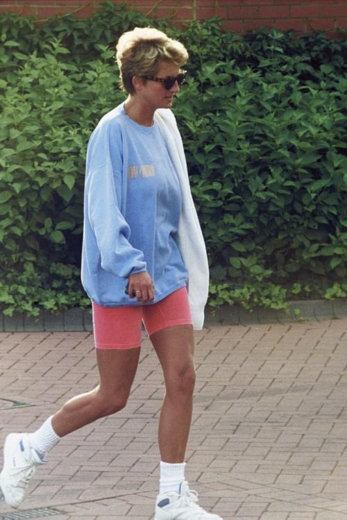 Diana luôn chứng tỏ gout thẩm mỹ đi trước thời đại. Item biker short tủ của Kim Kardashian ngày nay đã từng được Diana diện năm 1997 khi bà phối cùng hoodie oversize và giày thể thao trắng.