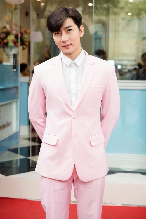 Hot boy Nam Hee diện vest hồng ngọt ngào không kém hai cô bạn.