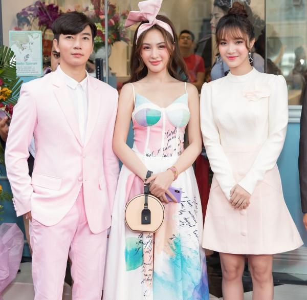 Ngày 28/7, tại một sự kiện diễn ra tại TP HCM, sự xuất hiện của bộ 3 hot teen Kelly Nguyễn, Nam Hee, Hang Mi thu hút sự chú ý của những du khách yêu thích ẩm thực.