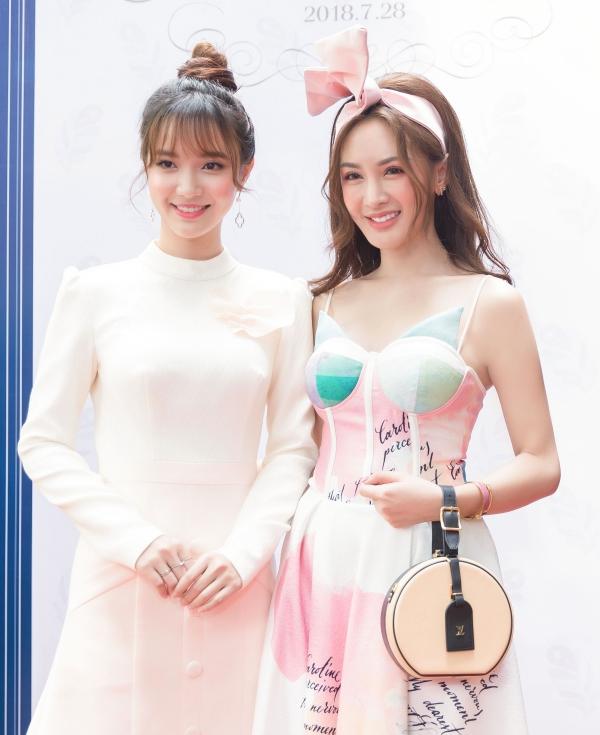 Hai cô nàng pose hình thân thiết cùng nhau. Họ tiết lộ đều có sở thích ẩm thực, đặc biệt là bánh ngọt nên sẽ bất chấp chuyện tăng cân để được những món ăn độc đáo của Đài Loan.