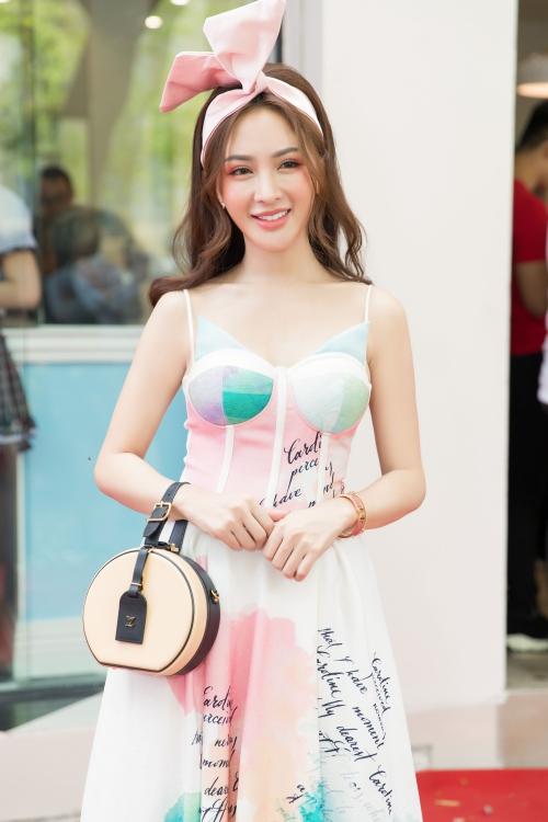 Kelly Nguyễn chọn style kiểu tiểu thư quý tộc cầu kỳ với họa tiết lạ mắt. Chiếc váy cúp ngực còn giúp cô nàng khoe vai trần và vòng một gợi cảm.