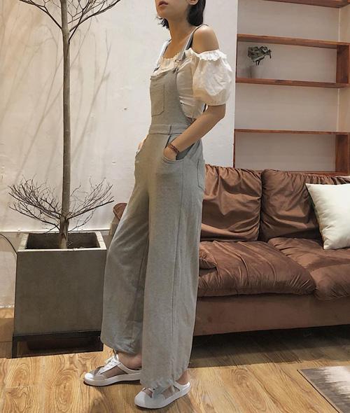 Xu hướng quần yếm năm nay thường là kiểu dáng quần suông rộng, tạo cảm giác thoải mái và cũng giúp đôi chân của người mặc trông dài hơn.