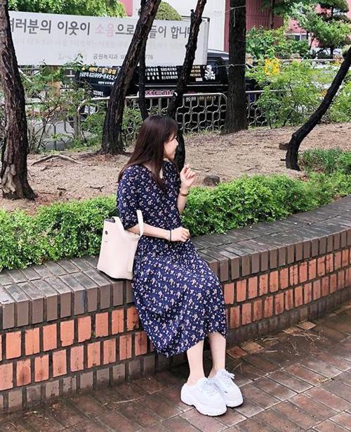 Với một chiếc váy này, bạn có thể vô tư diện mọi thời tiết mà không phải lo lắng. Dù là ngày nắng hay ngày mưa thì váy liền cũng là một lựa chọn thoải mái, dễ mặc, không cần kết hợp nhiều.